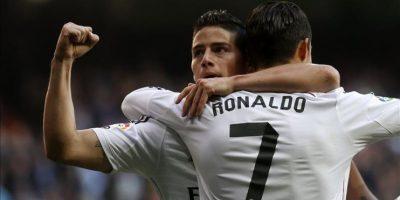 El centrocampista colombiano del Real Madrid James Rodríguez (i), celebra con su compañero, el delantero portugués, Cristiano Ronaldo (d), el gol que acaba de marcar, el primero frente al Espanyol, durante el partido de la decimoctava jornada de liga en Primera División. EFE