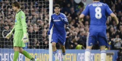 El delantero del Chelsea Diego Costa (c) celebra con sus compañeros un gol durante el partido de la Premier League que han jugado Chelsea y Newcastle en Stamford Bridge en Londres, Reino Unido EFE/EPA