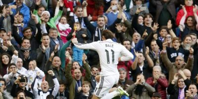 El centrocampista galés del Real Madrid, Gareth Bale celebra el segundo gol de su equipo ante el Espanyol, en partido de la decimoctava jornada de liga en Primera División que se disputó en el estadio Santiago Bernabéu. EFE