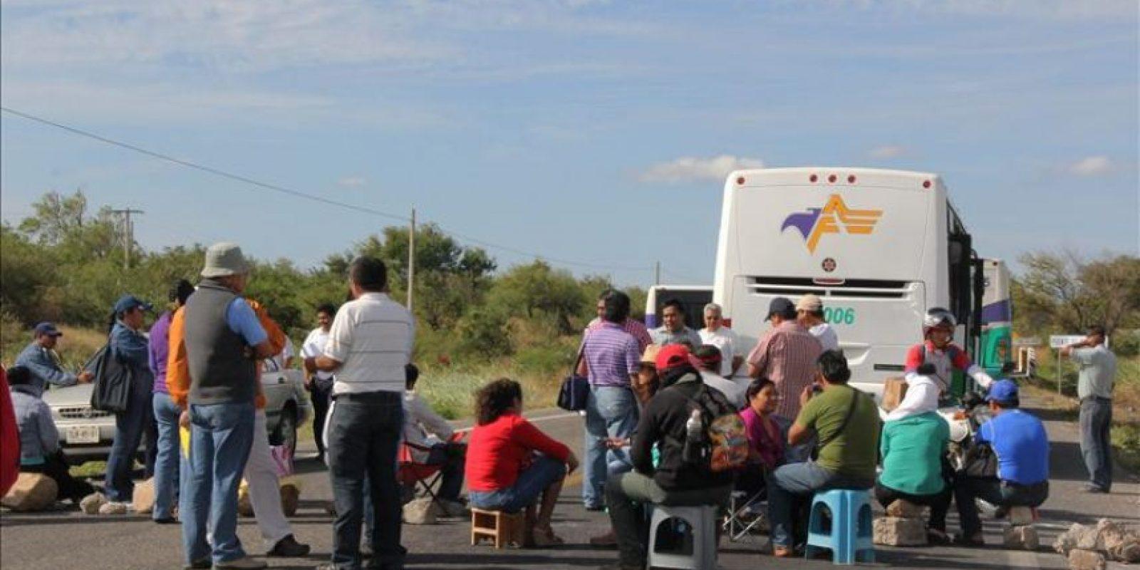 Manifestantes que reclaman la aparición con vida de 43 estudiantes desaparecidos bloqueando una carretera del Estado de Oaxaca.Las precampañas para las elecciones de diputados del próximo 7 de junio en México arrancaron hoy en medio de la tensión que se vive en el estado de Guerrero y Oaxaca por la desaparición de 43 estudiantes el pasado 26 de septiembre pasado. EFE/QUADRATÍN/Solo uso editorial
