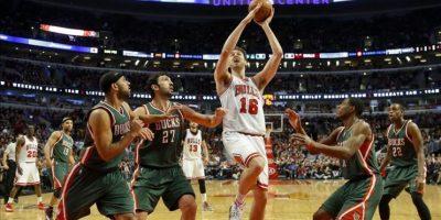 El jugador de Bulls Pau Gasol (c) se dirige a la cesta ayer, sábado, durante un partido entre Bulls y Bucks por la NBA en el United Center de Chicago, Illinois (EE.UU.). EFE/
