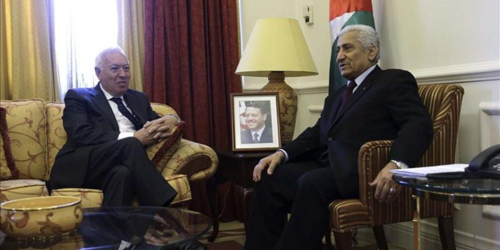 El ministro español de Asuntos Exteriores, José Manuel García-Margallo (i), conversa con el primer ministro y titular de Defensa jordano, Abdullah Ensour (d), durante una reunión que han mantenido hoy en Ammán. EFE