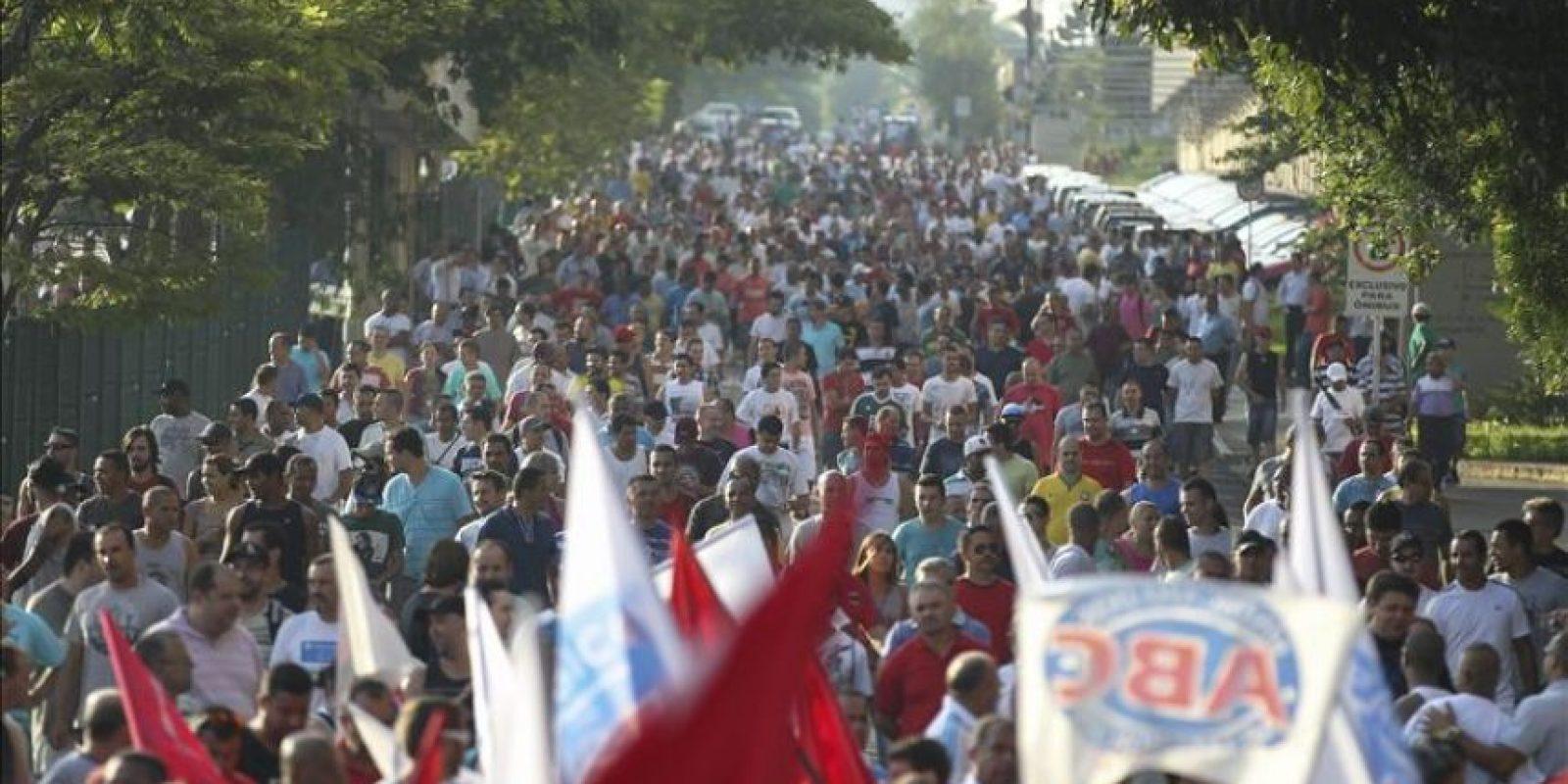 Los trabajadores en huelga de la filial brasileña Volkswagen marchan en protesta por el despido de 800 empleados de una planta de la automotora, hoy, lunes 12 de enero de 2015, en Sao Bernardo do Campo (Brasil). EFE