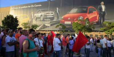 Los trabajadores en huelga de la filial brasileña Volkswagen participan en un acto del Sindicato de los Metalúrgicos hoy, lunes 12 de enero de 2015, en Sao Bernardo do Campo (Brasil). EFE