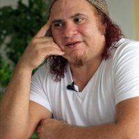 El músico cubano Kelvis Ochoa durante una entrevista, en La Habana (Cuba). EFE