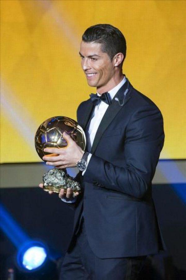El delantero portugués del Real Madrid, Cristiano Ronaldo, posa con su tercer Balón de Oro durante la gala de la FIFA que se celebra hoy en Zúrich, Suiza. EFE/Ennio Leanza