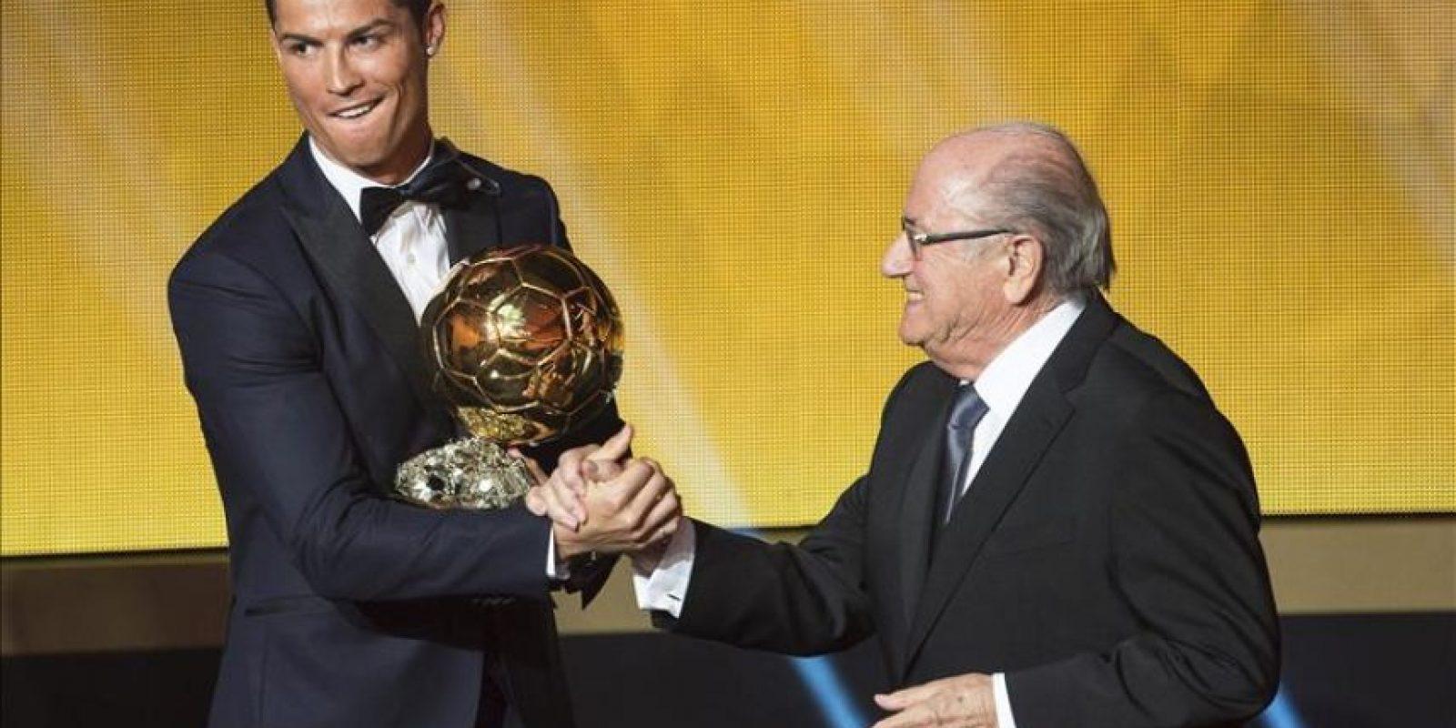 El delantero portugués del Real Madrid, Cristiano Ronaldo (izda), recibe su tercer Balón de Oro de manos del presidente de la FIFA Joseph Blatter, durante la Gala del Balón de Oro de la FIFA que se celebra hoy en Zúrich, Suiza. EFE
