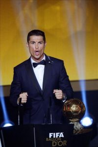 El delantero portugués del Real Madrid, Cristiano Ronaldo, celebra el tercer Balón de Oro conseguido, durante la gala de la FIFA que se celebra hoy en Zúrich, Suiza. EFE