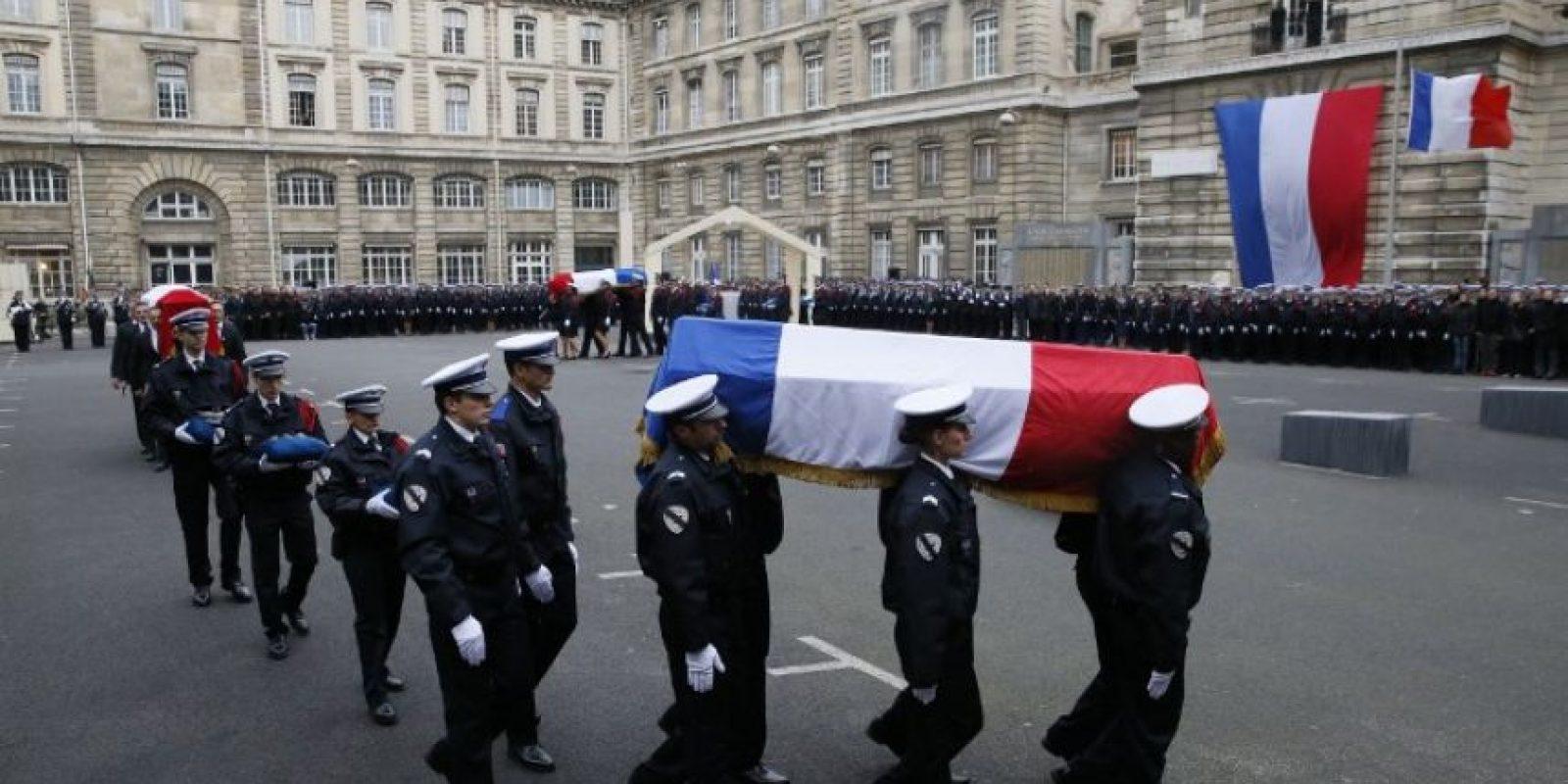 El país despidió con honores a los policías que murieron en el atentado Foto:AFP