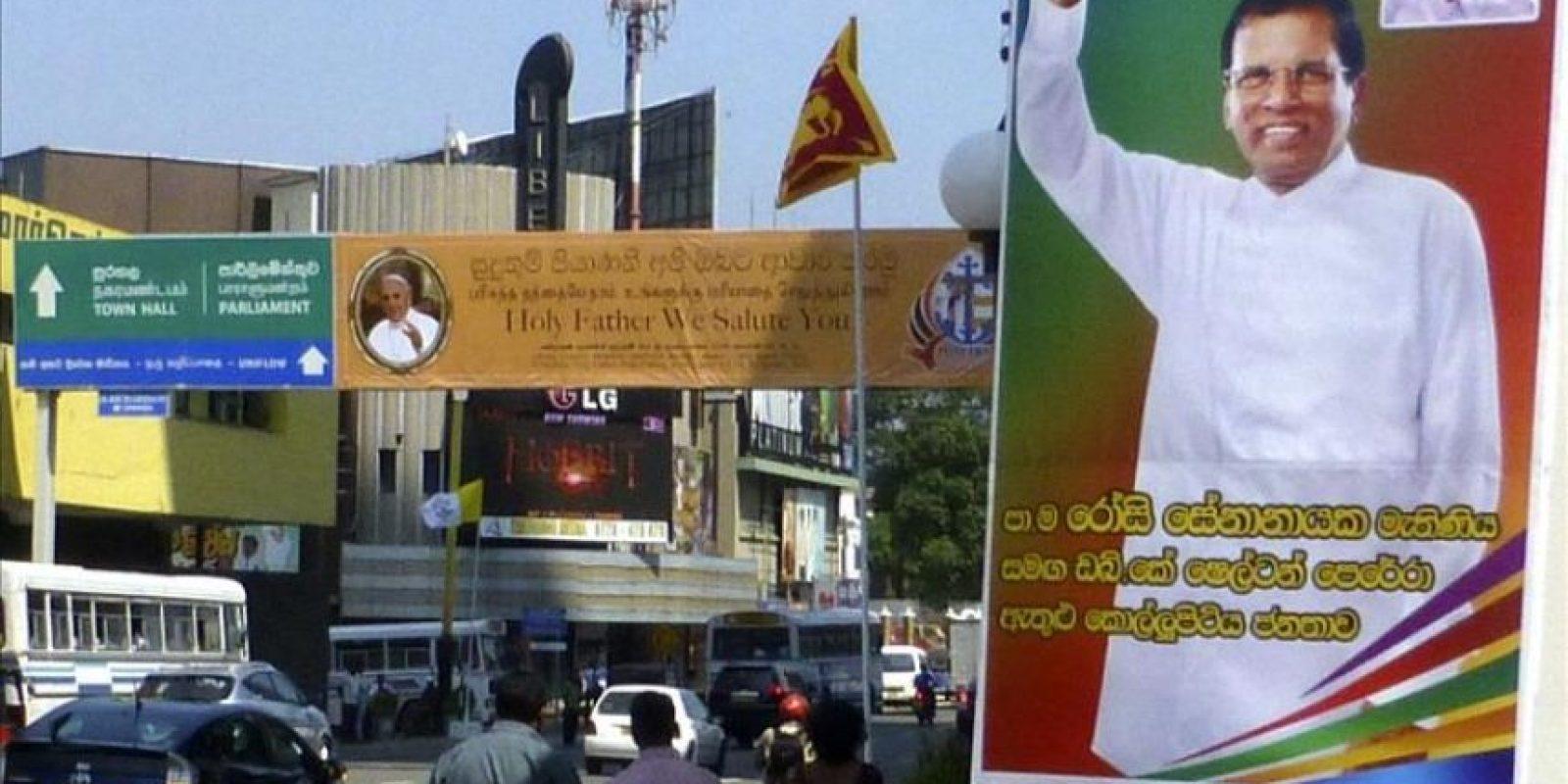 Un cartel da la bienvenida al papa Francisco en una calle de Colombo, ayer, 12 de enero, junto a un cartel del nuevo presidente Maithirpala Sirisena. EFE