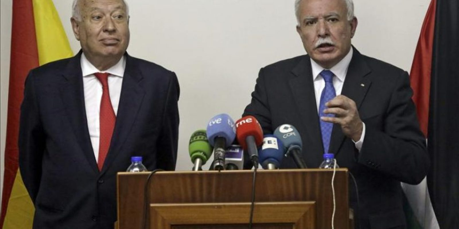 El ministro español de Asuntos Exteriores, José Manuel García-Margallo, y su homólogo palestino, Riyad al-Maliki (d), en la rueda de prensa conjunta ofrecida ayer tras reunirse en Ramala (Cisjordania), dentro de la gira de García-Margallo por Oriente Medio. EFE