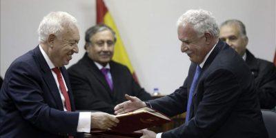 El ministro español de Asuntos Exteriores, José Manuel García-Margallo, y su homólogo palestino, Riyad al-Maliki, durante la firma de un acuerdo tras reunirse ayer en Ramala (Cisjordania), dentro de la gira de García-Margallo por Oriente Medio. EFE