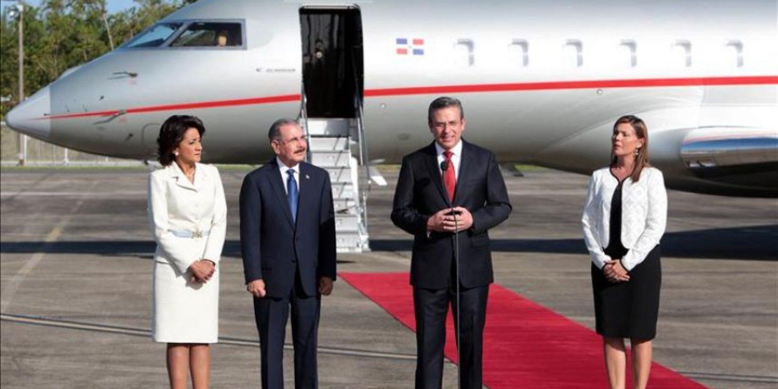 El presidente de la República Dominicana, Danilo Medina Sánchez (c-i), y su esposa, Cándida Montilla (i), llegaron hoy a Puerto Rico, donde fueron recibidos por el gobernador Alejandro García Padilla (c-d)y la primera dama, Wilma Pastrana (d) Jiménez. EFE