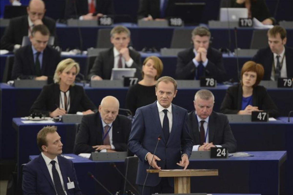 El presidente del Consejo Europeo, Donald Tusk (c), pronuncia su discurso sobre las conclusiones de la última cumbre europea de finales de año durante una sesión plenaria en el Parlamento Europeo en Estrasburgo, Francia. EFE