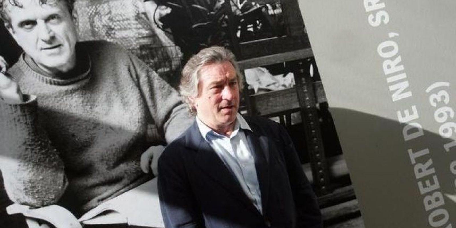 De Niro ha dicho en varias ocasiones que su padre, quien era un reconocido artista, luchaba con el hecho de ser gay en una época en donde era tabú salir del clóset. En la foto se ve detrás un afiche de su padre. Foto:Efe