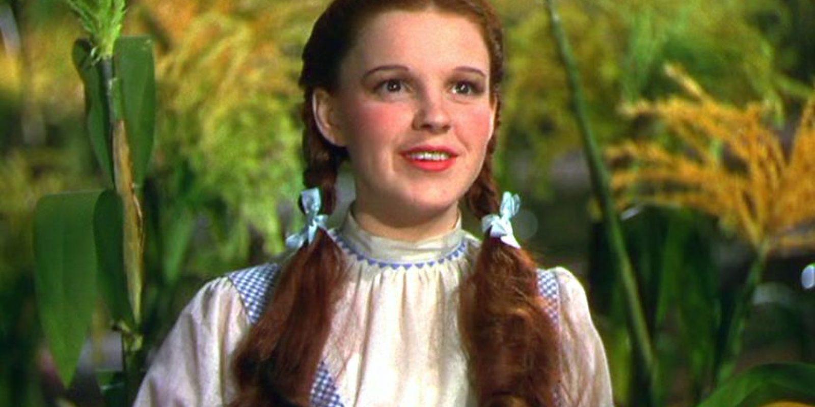 Judy Garland, madre de Liza Minnelli y esposa de Vincente Minnelli, quien era gay, también fue criada por un padre homosexual.