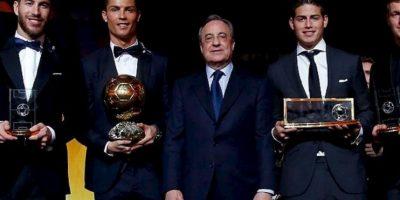 Así posó junto a Florentino Pérez y James Rodríguez. Foto:twitter.com/realmadrid