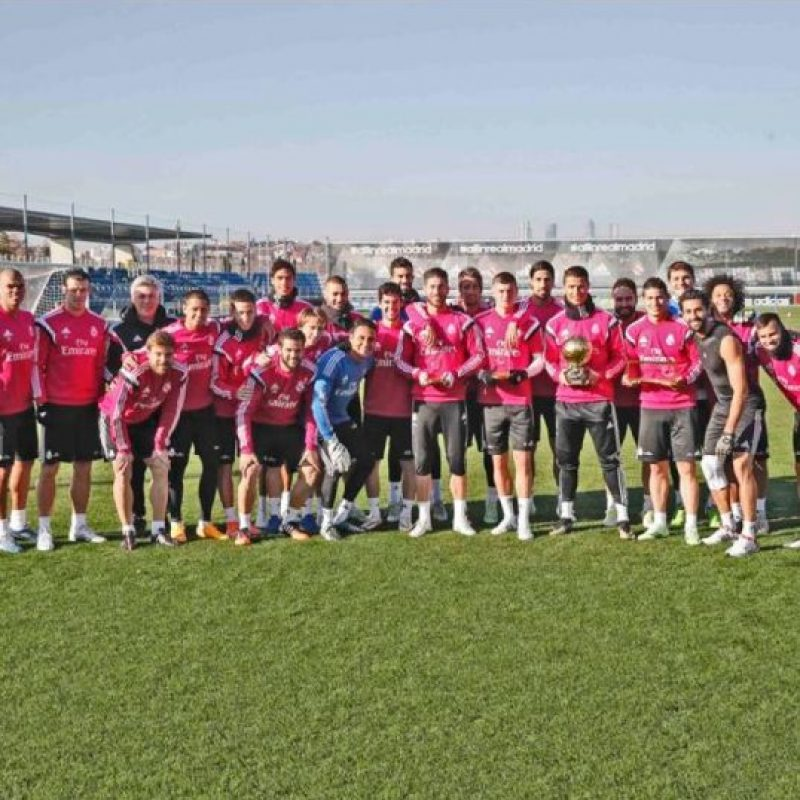 Los futbolistas del Real Madrid festejando a Cristiano Ronaldo. Foto:twitter.com/realmadrid