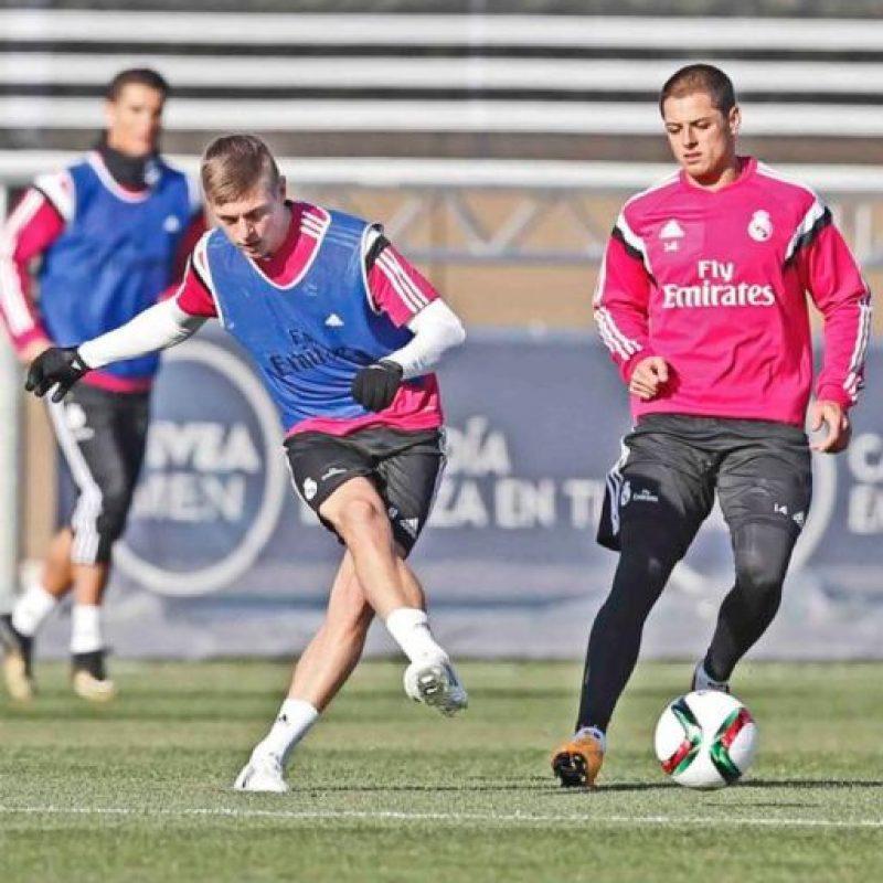 Toni Kroos dando un pase en el entrenamiento del Real Madrid. Foto:twitter.com/realmadrid