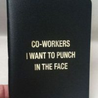 """Tener este libro. (""""Compañeros a los que quiero golpear en la cara""""). Foto:TFR"""