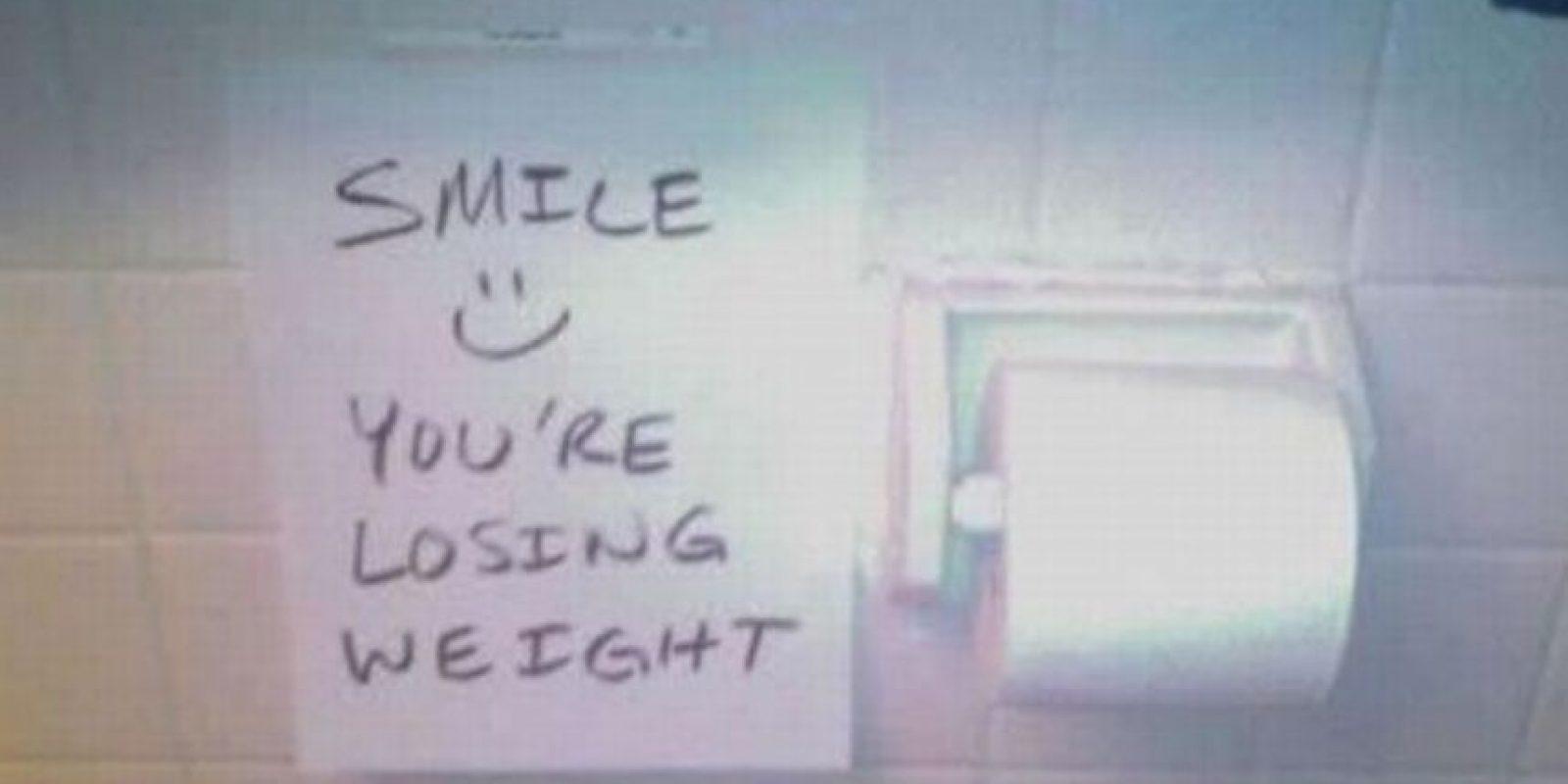 """Poner este letrero (""""Sonría, está perdiendo peso"""") en el baño. Foto:TFR"""