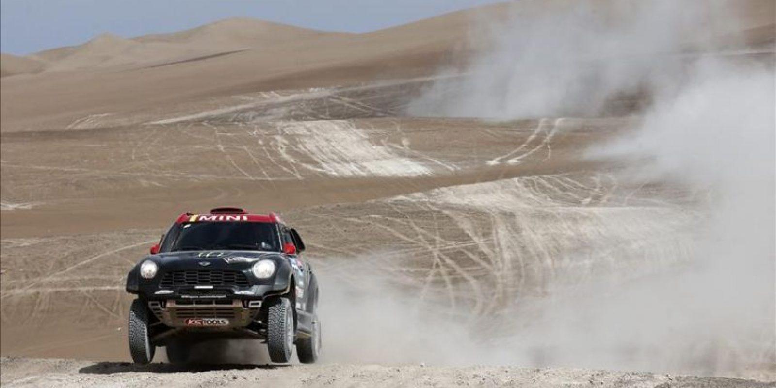 El piloto español Nani Roma del equipo Mini en acción durante la novena etapa del Rally Dakar, este 13 de enero de 2015, entre las localidades de Iquique y Calama (Chile). EFE
