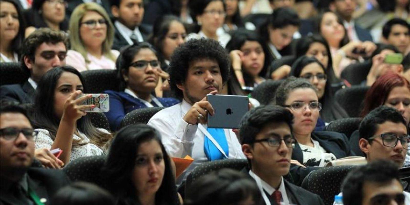 Jóvenes latinoamericanos asisten a la inauguración de la cuarta edición del Harvard National Model United Nations Latin America (HNMUN LA) en la Universidad del Pacífico en Lima (Perú). EFE