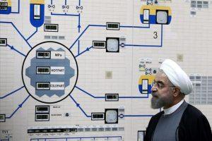 Fotografía facilitada por la web de la oficina presidencial de Irán que muestra al presidente de Irán, Hassan Rowhani (c), visitando ayer la central nuclear de Bushehr, en Bushehr, Irán. EFE