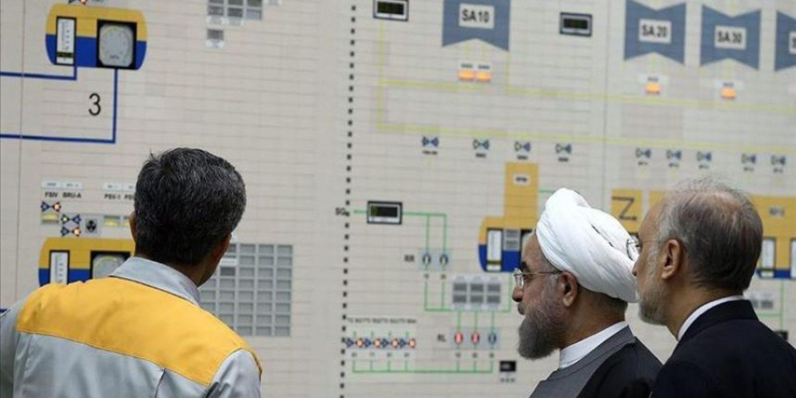 Fotografía facilitada por la web de la oficina presidencial de Irán que muestra al presidente de Irán, Hassan Rowhani, visitando la central nuclear de Bushehr junto al director de la Organización de Energía Atómica de Irán, Ali Akbar Salehi (d), en Bushehr, Irán el 13 de enero de 2015. EFE