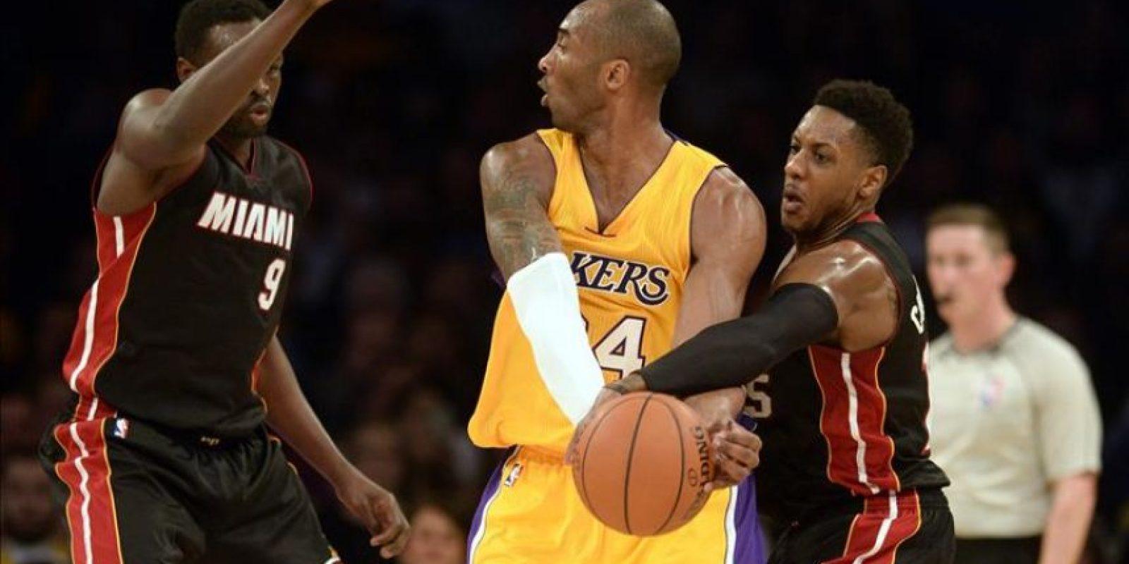 Mario Chalmers (d) y Luol Deng (i) de Heat ante Kobe Bryant (c) de Lakers este martes 13 de enero de 2015, durante un juego de la NBA en el Staples Center de Los Ángeles, California (EE.UU.). EFE
