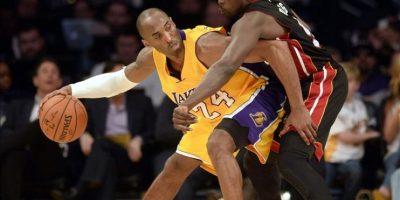 Luol Deng (d) de Heat ante Kobe Bryant (i) de Lakers este martes 13 de enero de 2015, durante un juego de la NBA en el Staples Center de Los Ángeles, California (EE.UU.). EFE
