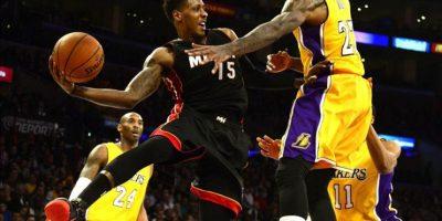 Mario Chalmers (c) de Heat ante Jordan Hill (d) y Kobe Bryant (i) de Lakers este martes 13 de enero de 2015, durante un juego de la NBA en el Staples Center de Los Ángeles, California (EE.UU.). EFE