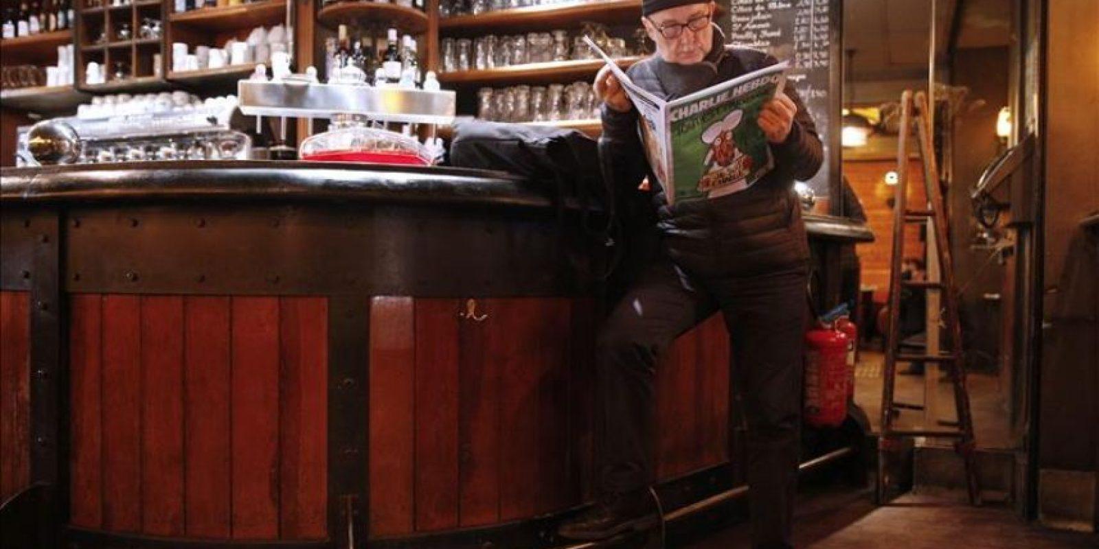 Un hombre lee la nueva edición del semanario satírico Charlie Hebdo en una cafetería en París (Francia) este miércoles. EFE
