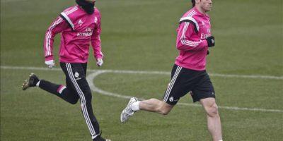 El delantero portugués del Real Madrid, Cristiano Ronaldo (i), y el centrocampista galés Bale, durante el entrenamiento del equipo, hoy en Valdebebas, de cara al partido de vuelta de octavos de final de la Copa del Rey que disputarán mañana frente al Atlético de Madrid en el estadio Santiago Bernabéu. EFE