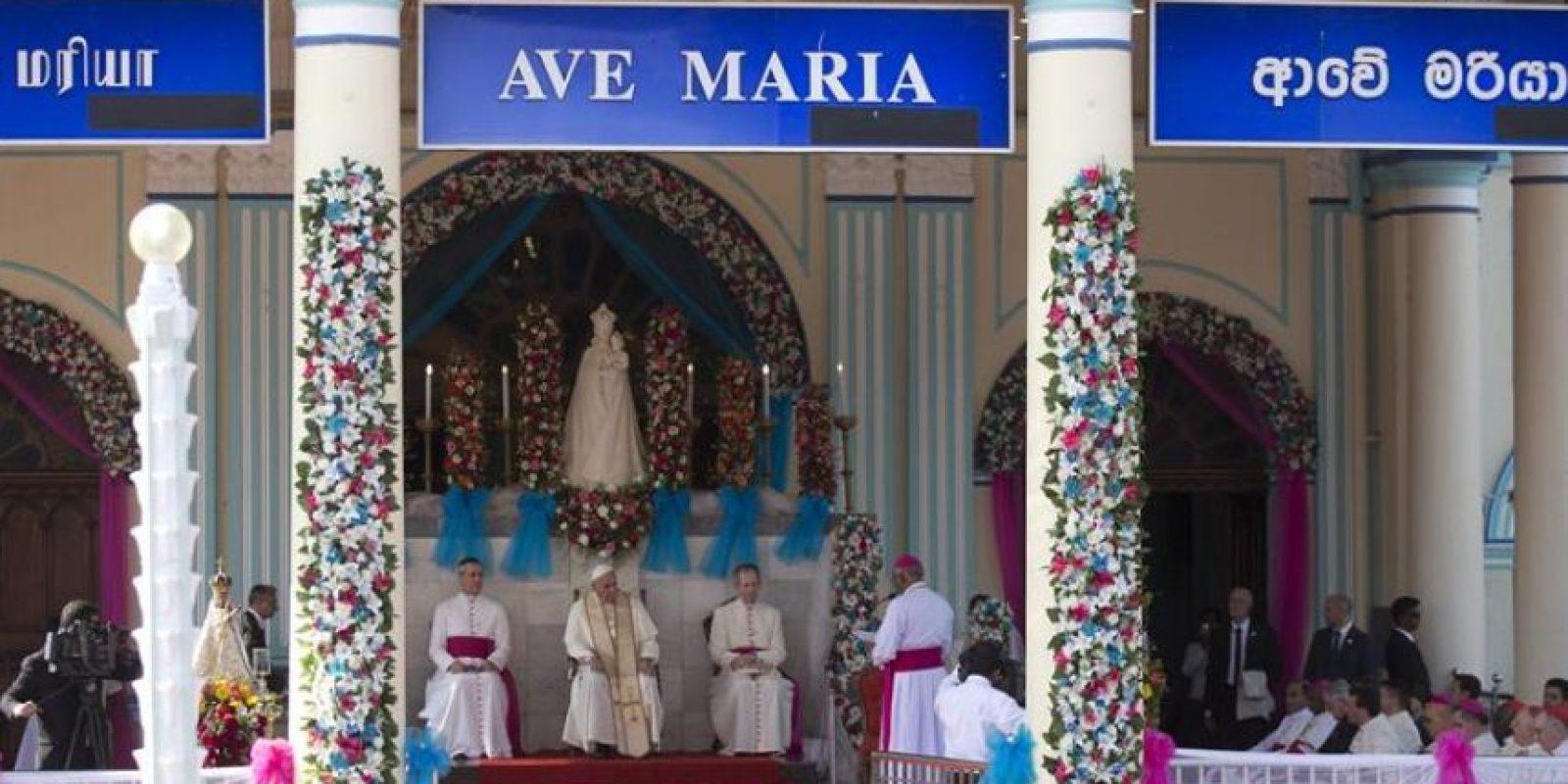 El papa Francisco (c) durante una oración a la virgen oficiada en el santuario de Nuestra Señora de Madhu (Sri Lanka), hoy, 14 de enero de 2015. Francisco se convirtió en el primer pontífice que pisa territorio tamil, ya que en los viajes de Juan Pablo II y Pablo VI éstos no fueron al norte de Sri Lanka, inmerso durante 26 años en un sangriento conflicto entre tamiles y cingaleses que acabó en 2009. EFE