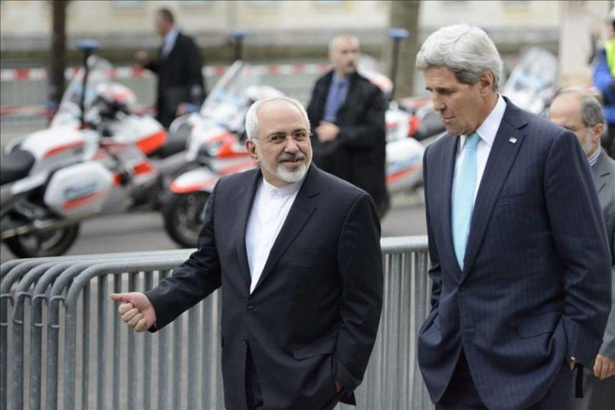 El secretario de Estado de Estados Unidos, John Kerry (d), y el ministro de Asuntos Exteriores iraní, Mohamad Yavad Zarif (i), charlan durante su encuentro en Ginebra, Suiza. EFE