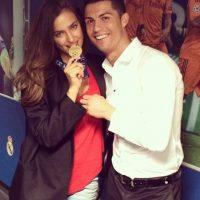 Irina Shayk mordiendo la medalla de ganador de la UEFA Champions League de Cristiano. Foto:instagram.com/irinashayk