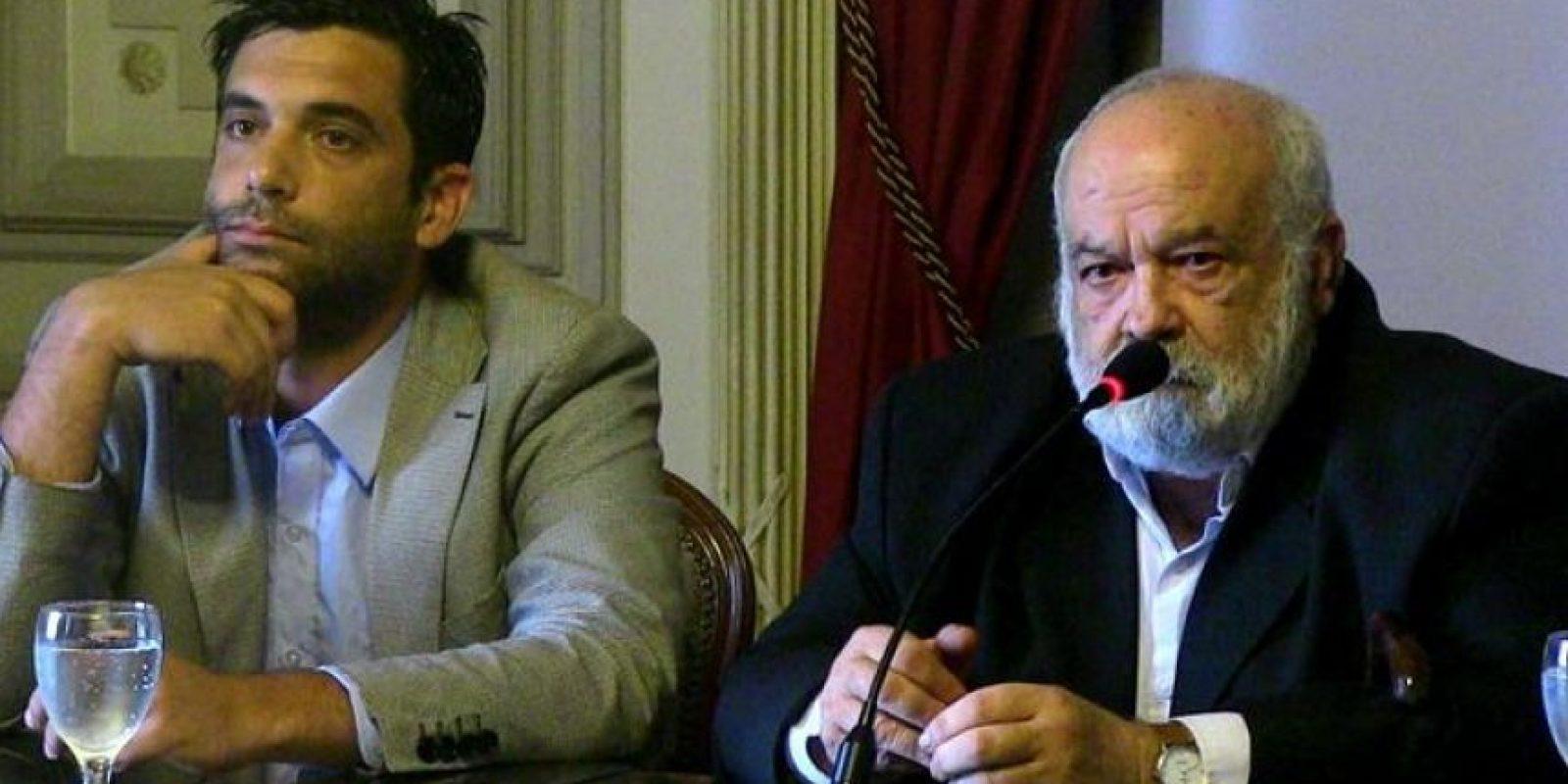 El ministro uruguayo de Defensa, Eleuterio Fernández Huidobro (d), y el director general del ministerio de Defensa, Hernán Planchón (i), ofrecen una rueda de prensa este 15 de enero de 2015, en Montevideo (Uruguay). EFE