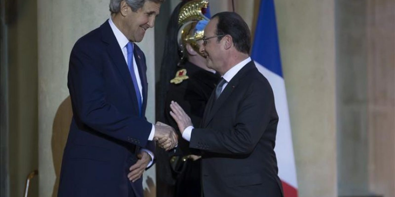 El presidente galo, François Hollande (dcha), saluda al Secretario de Estado estadounidense, John Kerry, a su llegada al Palacio del Elíseo en París (Francia).EFE