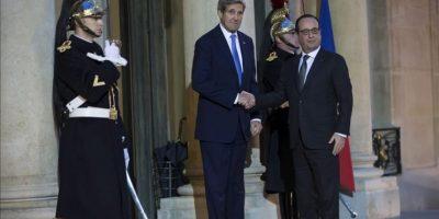 El presidente galo, François Hollande (dcha), saluda al secretario de estado estadounidense, John Kerry, a su llegada esta mañana al Palacio del Elíseo en París (Francia). EFE