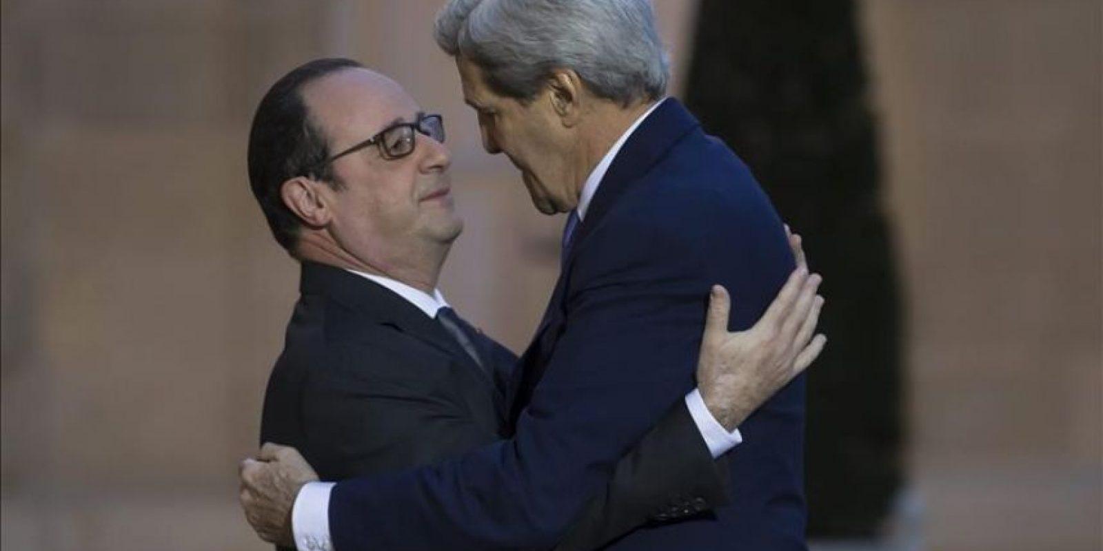 El presidente galo, François Hollande (izda), saluda al Secretario de Estado estadounidense, John Kerry, a su llegada esta mañana al Palacio del Elíseo en París. EFE