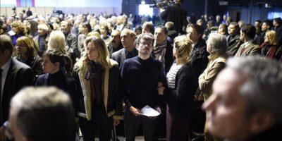 """El caricaturista francés Renald Luzier, alias Luz (c), y la viuda del agente de policía Franck Brinsolaro (c-i) asisten al funeral del director del semanario satírico francés """"Charlie Hebdo"""", Stéphane Charbonnier, alias Charb, celebrado en Pontoise, a las afueras de París (Francia), hoy. EFE"""