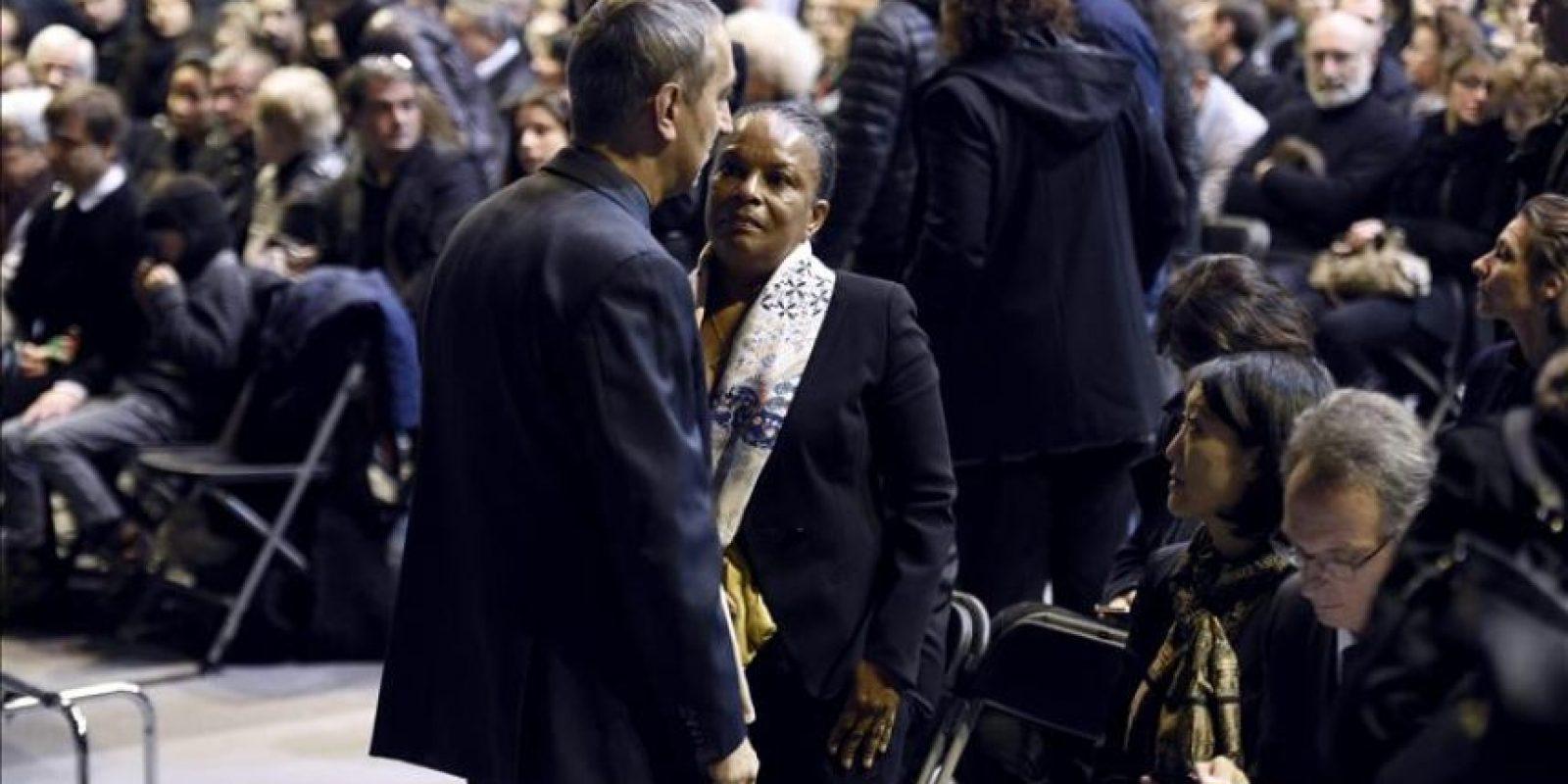 """La ministra de Justicia francesa, Christiane Taubira (c), asiste al funeral del director del semanario satírico francés """"Charlie Hebdo"""", Stéphane Charbonnier, alias Charb, en Pontoise, a las afueras de París (Francia), hoy. EFE"""