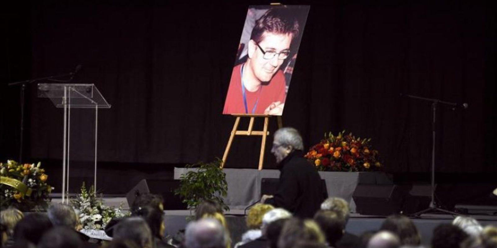 """Fotografía del director del semanario satírico francés """"Charlie Hebdo"""", Stéphane Charbonnier, alias Charb, durante su funeral celebrado en Pontoise, a las afueras de París (Francia), hoy. EFE"""