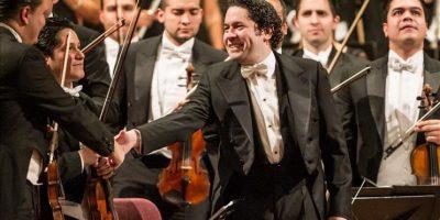 """El director venezolano Gustavo Dudamel (c) y los músicos de la Orquesta Sinfónica de Venezuela """"Simón Bolívar"""", hoy, en Palau de la Música Catalana de Barcelona. EFE"""