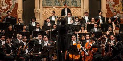 """El director venezolano Gustavo Dudamel y los músicos de la Orquesta Sinfónica de Venezuela """"Simón Bolívar"""" se presentan hoy, en Palau de la Música Catalana, en Barcelona. EFE"""