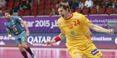 El jugador español Viran Morros De Argila celebra uno de los goles de equipo durante el partido Brasil-España correspondiente a la primera fase del Mundial que se está disputando en el Duhail Handball Sports Hall, Doha, Qatar. EFE/EPA
