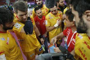 Los jugadores españoles escuchan a su entrenador durante un tiempo muerto en el partido España-Brasil de la primera fase del Mundial de balonmano que se está disputando en el Duhail Handball Sports Hall, Doha, Qatar. EFE/EPA