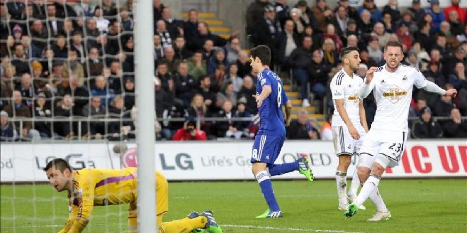 El jugador del Chelsea Oscar (c) celebra uno de lso goles de su equipo durante el partido de la Premier Leagueque han jugado Swansea City FC y Chelsea en el Liberty Stadium, al sur de Gales, Reino Unido. EFE/EPA