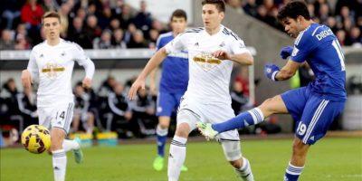 El delantero hispanobrasileño Diego Costa (d) logra uno de sus goles durante el partido de la Premier League que han jugado Swansea City FC y Chelsea en el Liberty Stadium, al sur de Gales. EFE/EPA